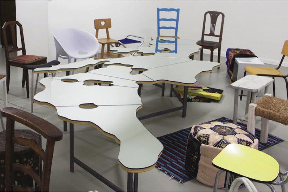 """Tavolo Mediterraneo, opera di Pistoletto. Una versione di questa installazione è presente nella Sala Conferenze Internazionali del MAE. Sarà visibile al pubblico nelle prossime giornate """"Farnesina Porte Aperte """"."""